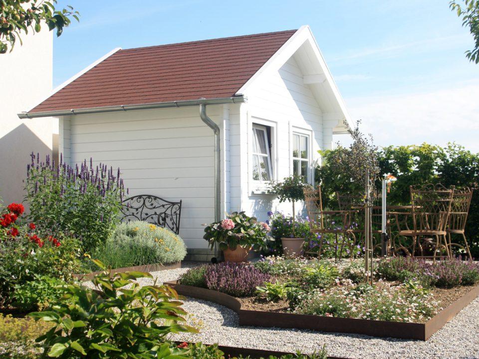 Sitzplatz in Bauerngarten vor Gartenhaus