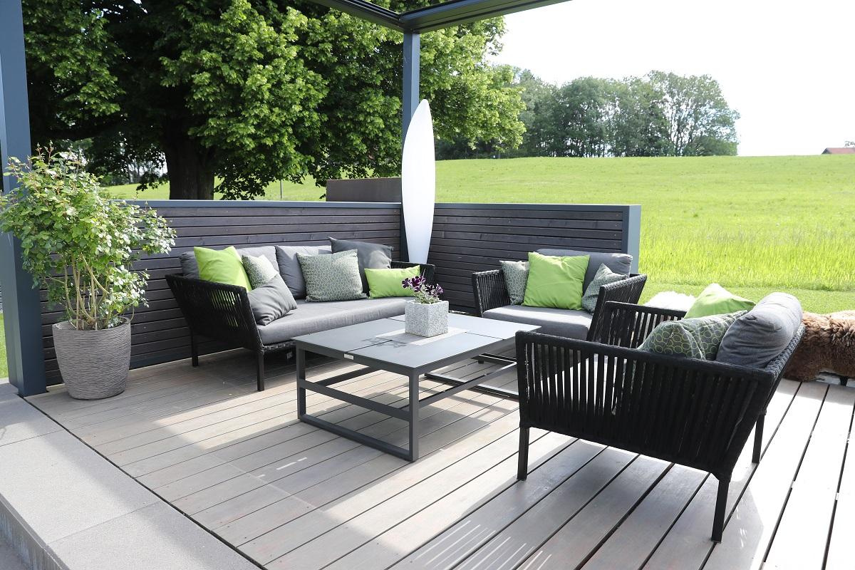 Erhöhtes Terrassendeck mit Pavillon