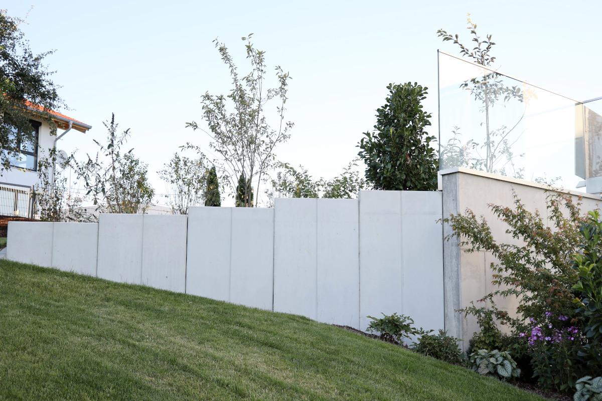 Stützmauer aus Sichtbeton in poolgarten