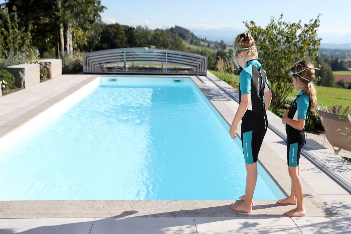 Poolgarten_Mädchen_Schwimmen