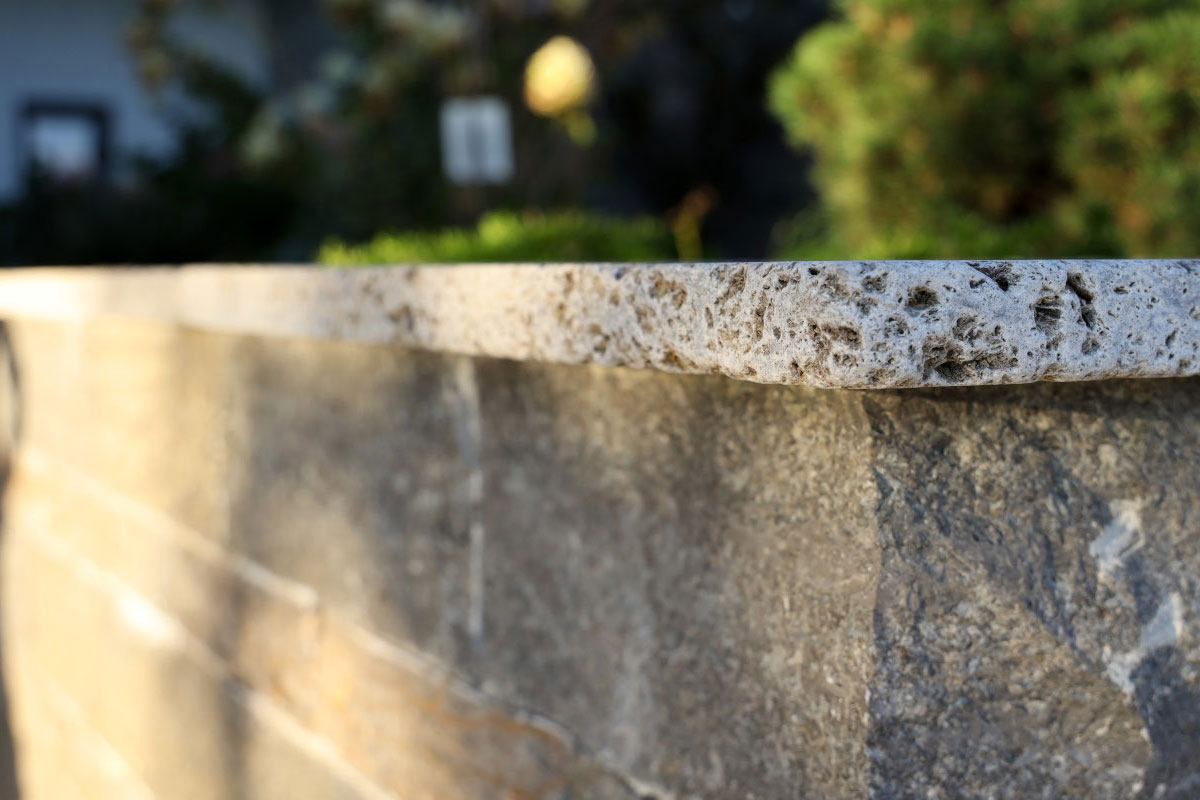 Mauer aus Naturstein unterschiedliche Oberflächenbearbeitung